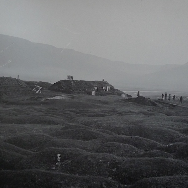 Falling into a landscape of þúfur